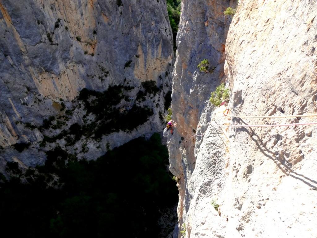 Traversée en 6a+ (L7) des Mains dans le Sel (gorges du Verdon) (c) Escalade Lyon