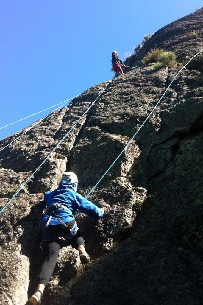 Escalade en falaise jeunes enfants