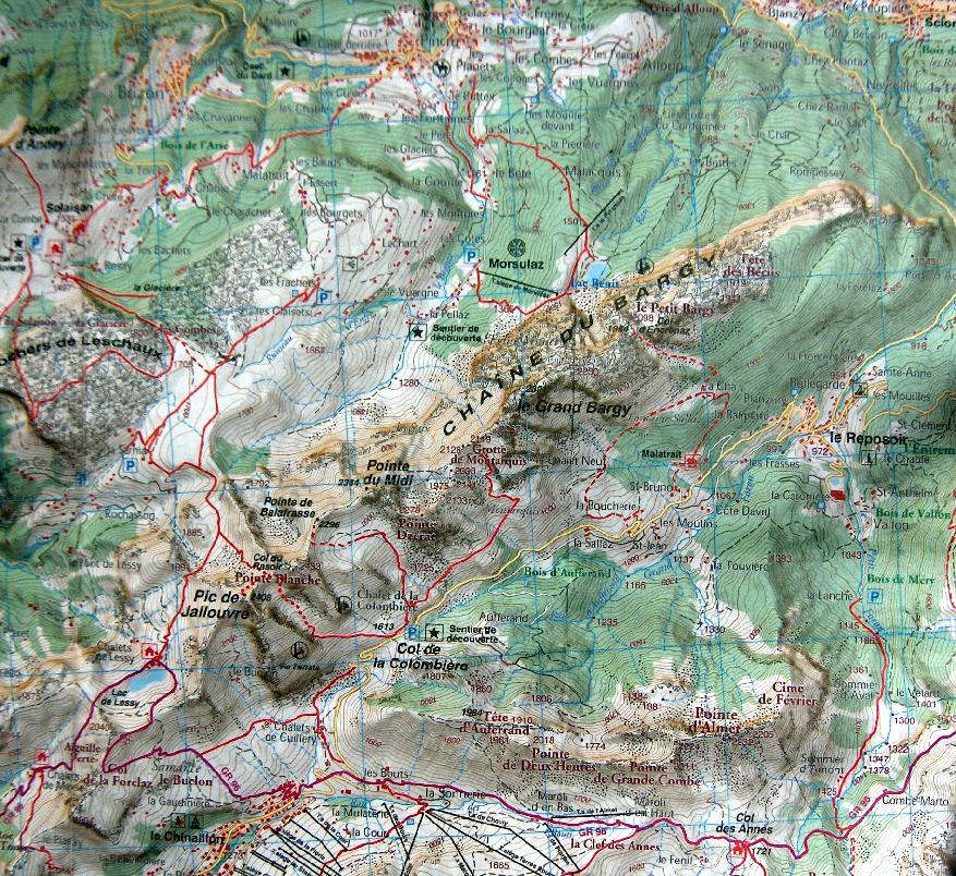 La chaîne du Bargy domine le col de la Colombière au-dessus du Grand-Bornand