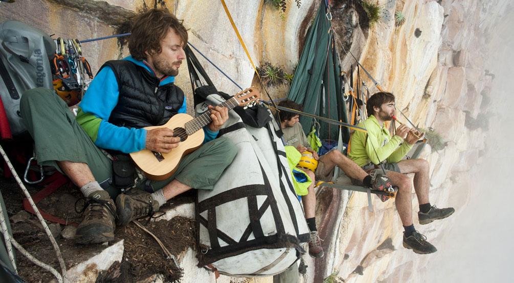 Les frères Favresse au Vénézuéla : hisser permet d'emporter pas mal de choses... même des instruments de musique