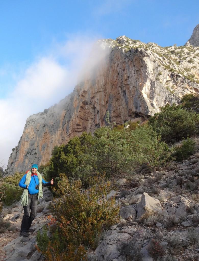 Laurent pose devant la paroi principale d'Aiglun grandes voies grimpeur