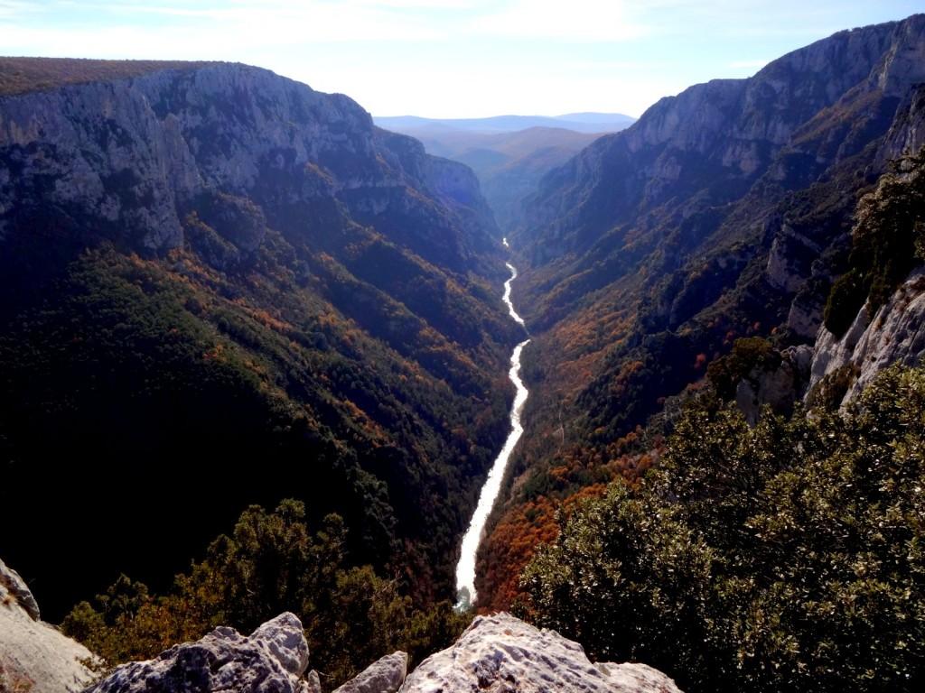 Le Verdon s'écoule tranquilement entre les falaises depuis le sommet du pilier de l'Ange