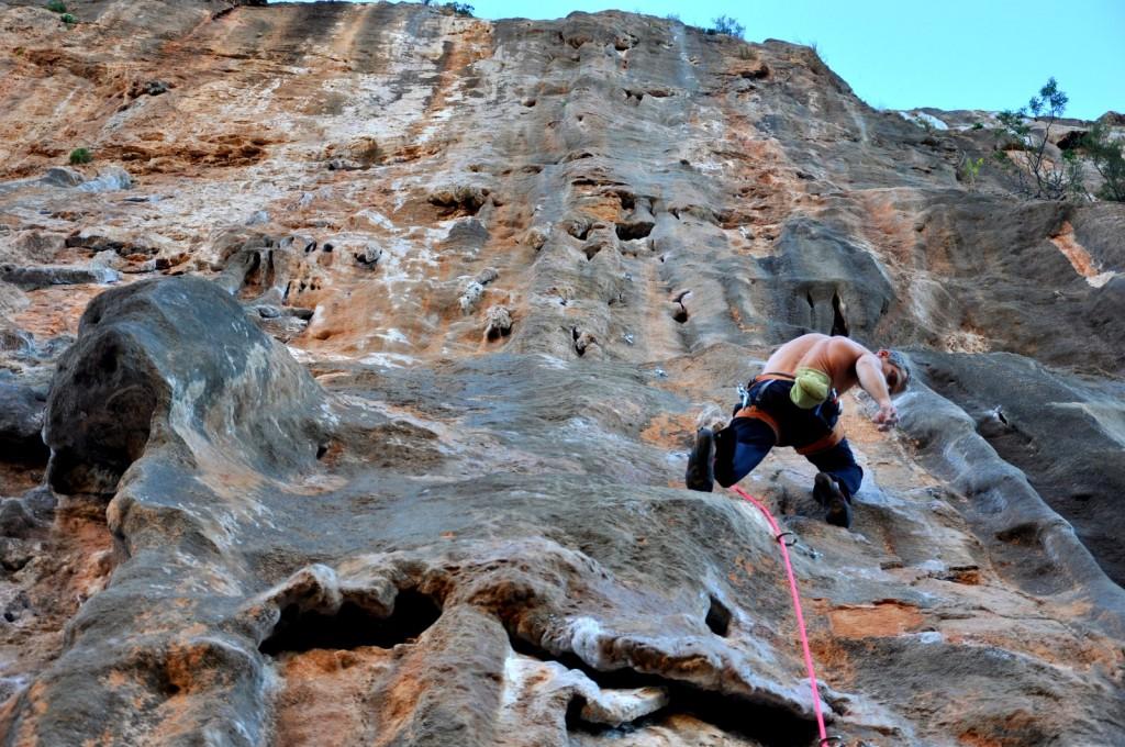 Un autre 7c classique de la falaise : Cap i Cua, une voie toute en longueur