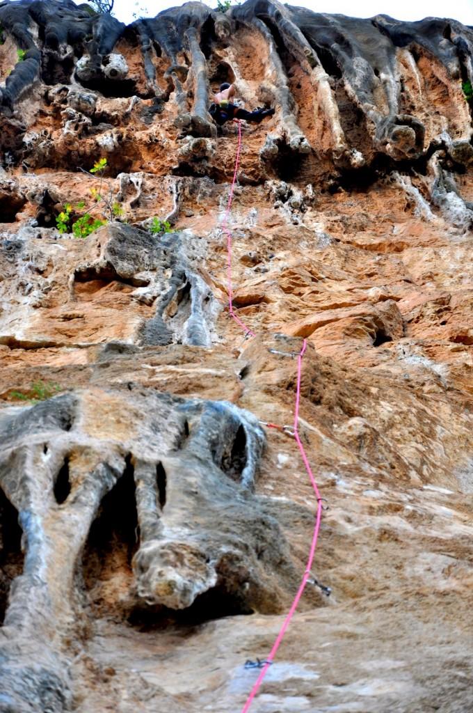 Pierre aux prises avec les colos géantes de Sendero Luminoso (7a+) au secteur Chorerras