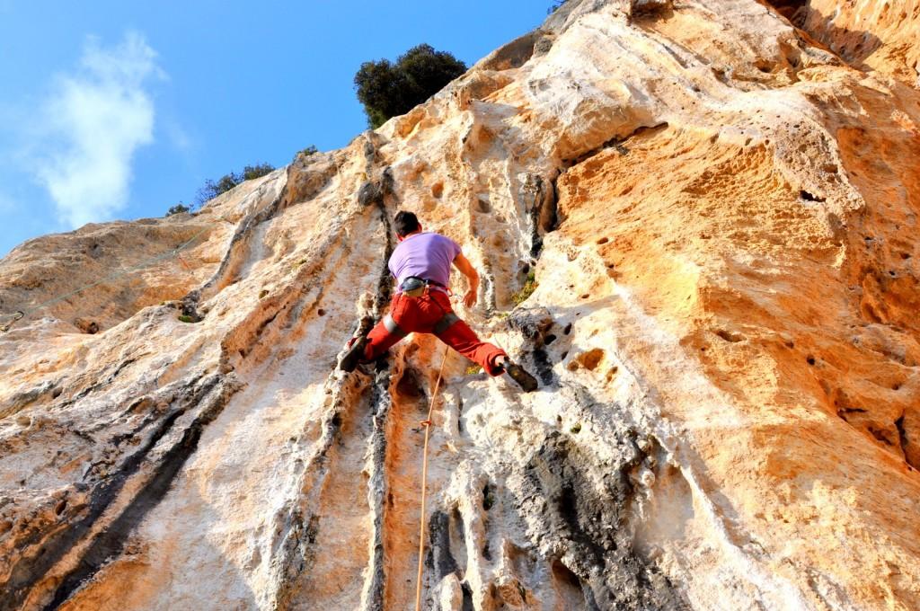 Eric remonte les colonnettes de Schizzéchéa (7a) au secteur Lo Speiccho à Monte Sordo