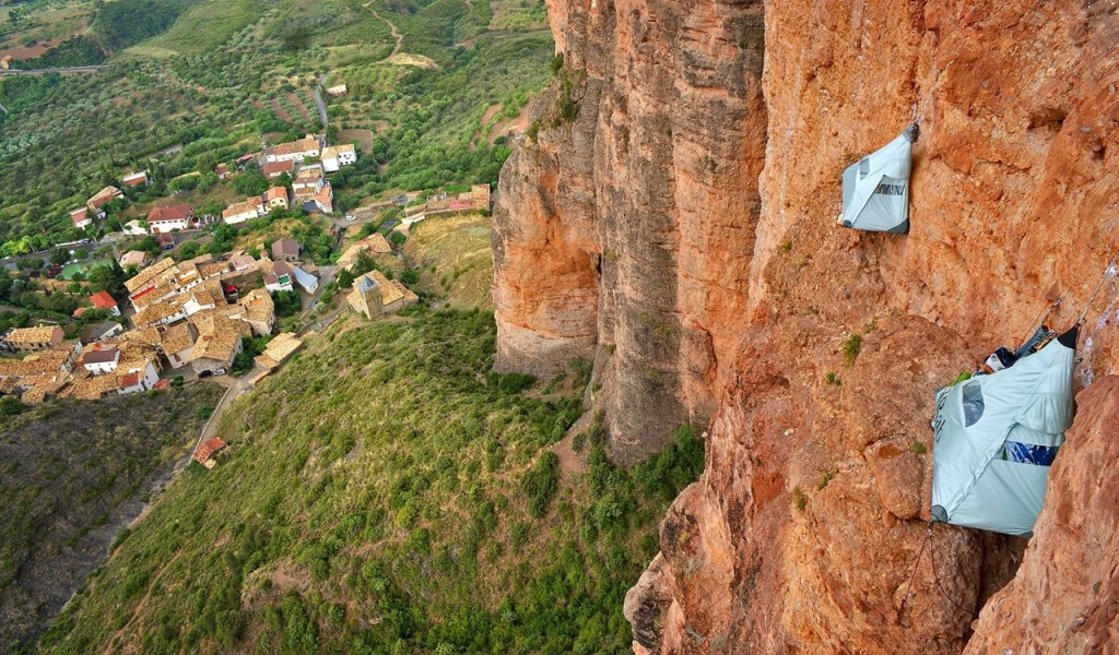 Bivouac en paroi aux Mallos de Riglos en Espagne (photo Rab)