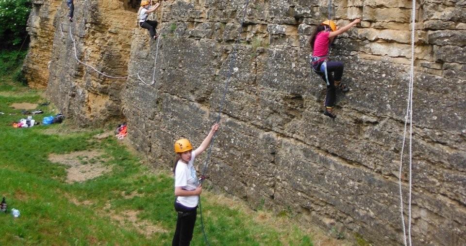 Les enfants font cordée à l'école d'escalade de Limas