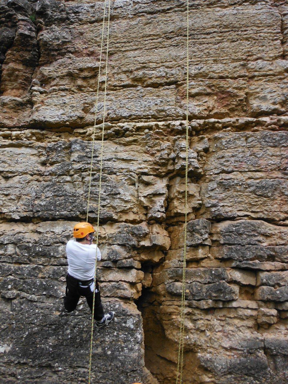Les enfants aprennent à faire confiance au matériel à l'école d'escalade de Limas près de Lyon