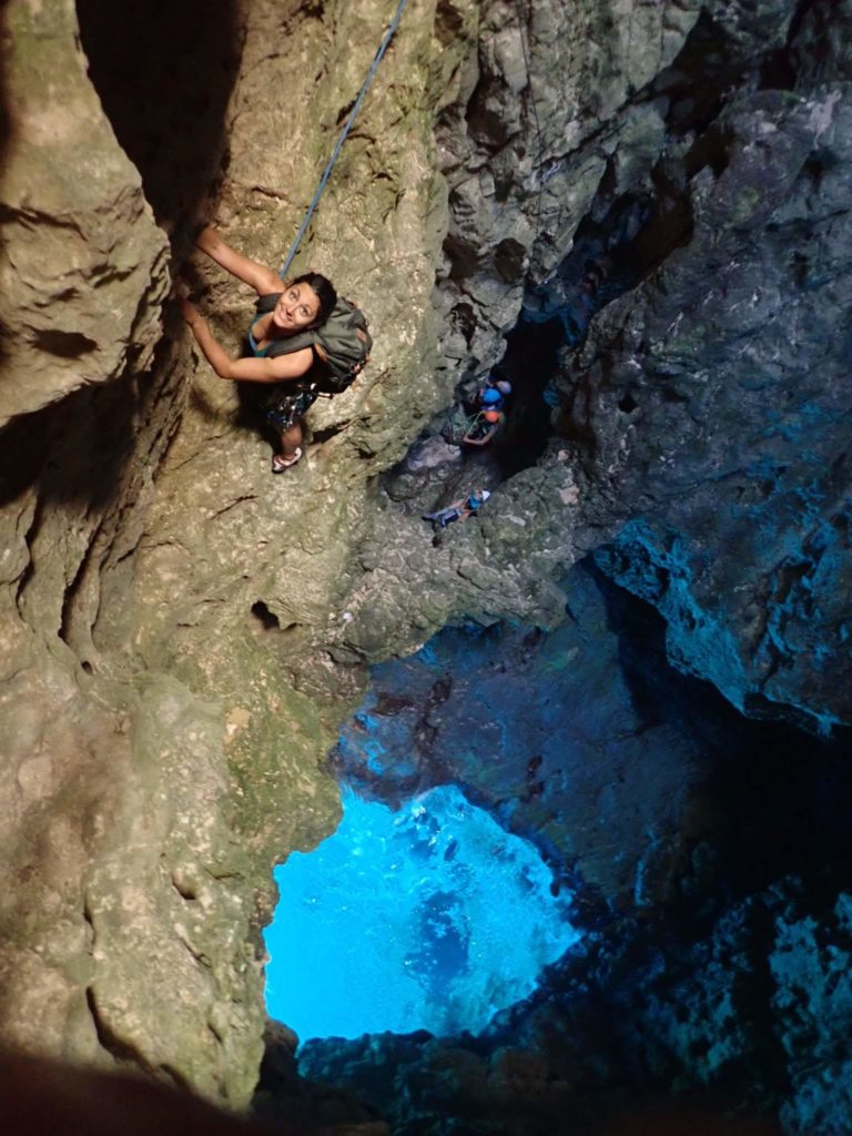 grimpeuse-lagon-bleu-calanques