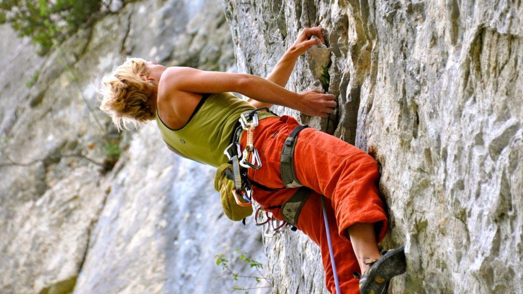 escalade-falaise-grimpeuse