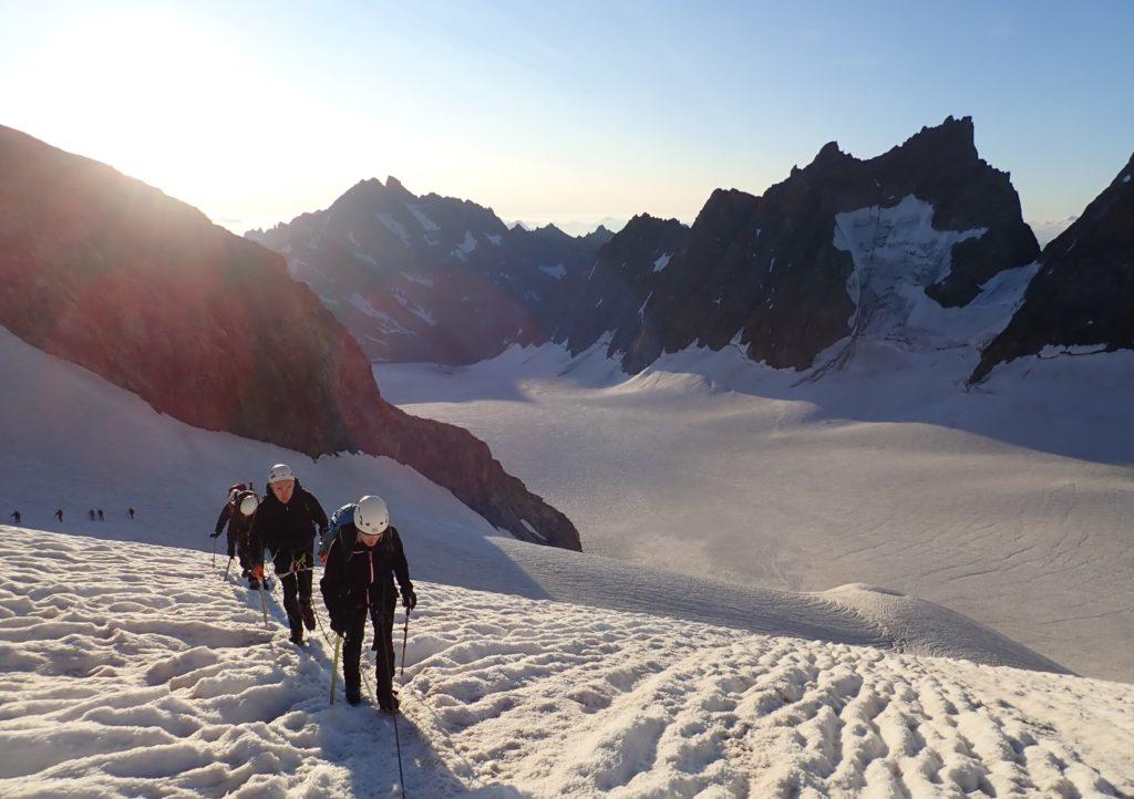 randonnée glaciaire glacier blanc roche faurio lever de soleil montagne